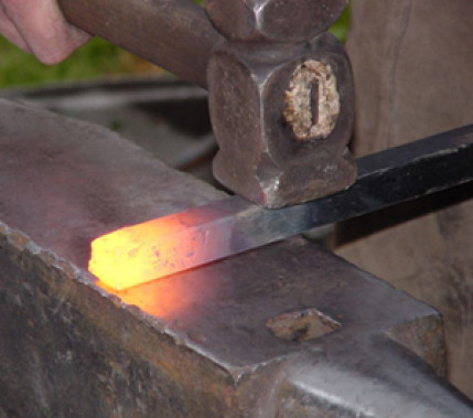 Altes Verfahren mit neuen Perspektiven: Herstellung und Anwendung von Damaszener-Stahl