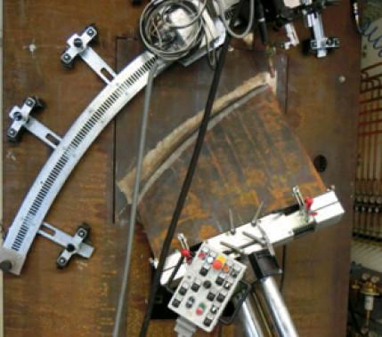 """Mit dem """"Krabbler"""" schweißen: Vollmechanisierte Herstellung von dreidimensional gekrümmten Schweißverbindungen an Stahlbau-Großstrukturen"""