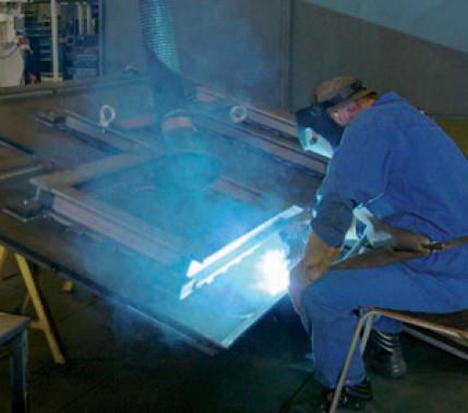 Schneller schweißen mit PCS: Metall-Schutzgasschweißen von Stahlblechen mittlerer und großer Dicke