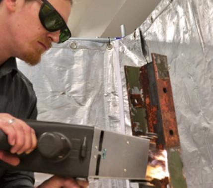 Laserstrahlreinigen statt Waschen: Laserstrahltechnik für die schonende und effiziente Oberflächenbearbeitung
