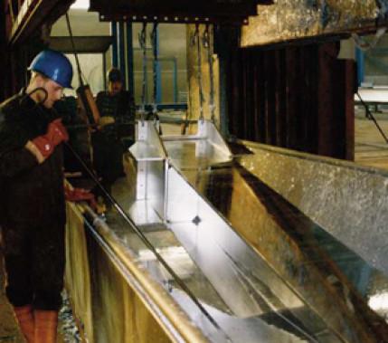 Regeln für optimierten Schutz: DIN 18800-7, DIN EN 1993-1, DIN EN 1090-2 und das Feuerverzinken von Stahlbauten